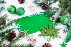 抽象空白背景圣诞节黑暗的装饰设计模式红色的星形 在绿色的明信片 免版税图库摄影