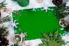 抽象空白背景圣诞节黑暗的装饰设计模式红色的星形 在绿色的明信片 库存照片