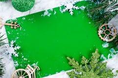 抽象空白背景圣诞节黑暗的装饰设计模式红色的星形 在绿色的明信片 图库摄影