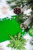 抽象空白背景圣诞节黑暗的装饰设计模式红色的星形 在绿色的明信片 免版税库存图片