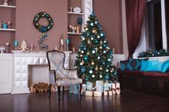 抽象空白背景圣诞节黑暗的装饰设计模式红色的星形 在xmas样式装饰的内部室 没有人民 新年树和壁炉 免版税库存图片