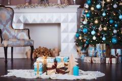 抽象空白背景圣诞节黑暗的装饰设计模式红色的星形 在xmas样式装饰的内部室 没有人民 新年树和壁炉 库存照片