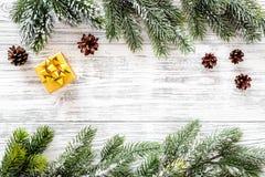 抽象空白背景圣诞节黑暗的装饰设计模式红色的星形 当前箱子,云杉的分支,在轻的木背景顶视图copyspace的杉木锥体 库存照片