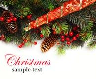 抽象空白背景圣诞节黑暗的装饰设计模式红色的星形 有杉树分支的圣诞节房客与锥体和装饰品 在金黄和红颜色的圣诞节中看不中用的物品 免版税库存照片
