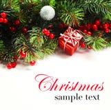 抽象空白背景圣诞节黑暗的装饰设计模式红色的星形 有杉树分支的圣诞节房客与锥体和装饰品 在金黄和红颜色的圣诞节中看不中用的物品 库存照片