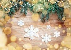 抽象空白背景圣诞节黑暗的装饰设计模式红色的星形 杉木和雪花 免版税图库摄影