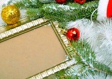 抽象空白背景圣诞节黑暗的装饰设计模式红色的星形 框架,与蛇纹石的枝杈杉木 免版税库存图片