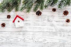 抽象空白背景圣诞节黑暗的装饰设计模式红色的星形 玩具,云杉的分支,在轻的木背景顶视图copyspace的杉木锥体 免版税库存图片