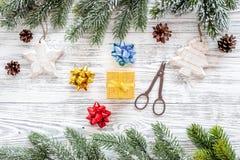抽象空白背景圣诞节黑暗的装饰设计模式红色的星形 玩具,云杉的分支,在轻的木背景顶视图的杉木锥体 免版税库存图片