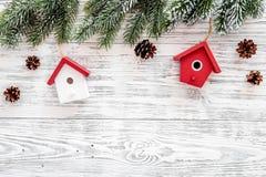 抽象空白背景圣诞节黑暗的装饰设计模式红色的星形 玩具,云杉的分支,在轻的木背景顶视图copyspace的杉木锥体 库存照片