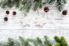 抽象空白背景圣诞节黑暗的装饰设计模式红色的星形 玩具,云杉的分支,在轻的木背景顶视图copyspace的杉木锥体 库存图片