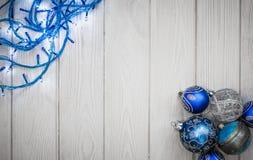 抽象空白背景圣诞节黑暗的装饰设计模式红色的星形 白色木头和圣诞节装饰 免版税图库摄影