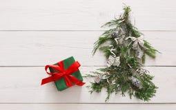 抽象空白背景圣诞节黑暗的装饰设计模式红色的星形 礼物盒和杉树在白色木头 库存图片