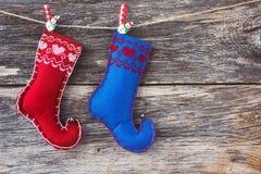 抽象空白背景圣诞节黑暗的装饰设计模式红色的星形 老木背景和圣诞节袜子 定调子 免版税图库摄影
