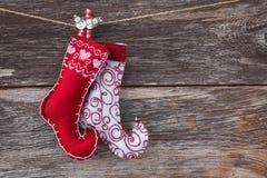 抽象空白背景圣诞节黑暗的装饰设计模式红色的星形 老木背景和圣诞节袜子 定调子 免版税库存照片