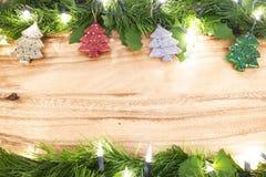 抽象空白背景圣诞节黑暗的装饰设计模式红色的星形 绿色事假和圣诞节装饰事o 免版税库存图片