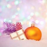 抽象空白背景圣诞节黑暗的装饰设计模式红色的星形 黄色球和金黄礼物盒 库存图片