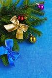 抽象空白背景圣诞节黑暗的装饰设计模式红色的星形 装饰的分支云杉 库存图片