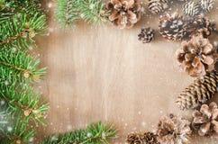 抽象空白背景圣诞节黑暗的装饰设计模式红色的星形 锥体和分支在框架 库存图片