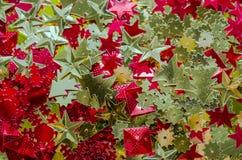 抽象空白背景圣诞节黑暗的装饰设计模式红色的星形 闪亮金属片 设计的纹理 免版税库存图片