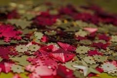 抽象空白背景圣诞节黑暗的装饰设计模式红色的星形 闪亮金属片 设计的纹理 库存照片