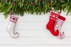抽象空白背景圣诞节黑暗的装饰设计模式红色的星形 圣诞节与装饰,在白色木背景的五颜六色的圣诞节袜子的杉树与拷贝spac 库存图片