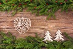 抽象空白背景圣诞节黑暗的装饰设计模式红色的星形 圣诞节杉树,圣诞树玩具,在老木背景的礼物与拷贝空间 定调子 免版税库存照片