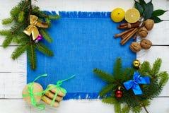 抽象空白背景圣诞节黑暗的装饰设计模式红色的星形 用五颜六色的装饰装饰的分支云杉,柠檬曲奇饼,坚果,桂香,柑橘 免版税库存照片