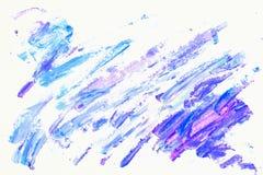 抽象紫色,紫罗兰色和蓝色树荫 手画丙烯酸酯的多色刷子冲程的特写镜头片段在白色的 库存图片
