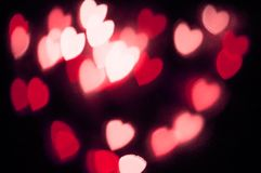 抽象红色在黑背景设计的心脏bokeh视觉明亮的幻想在与红色心脏,被阐明的光线影响的红色框架 免版税库存图片