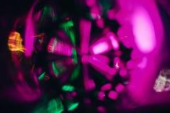 抽象纹理样式通过圆的玻璃绿色紫色的玻璃被拍摄 库存照片