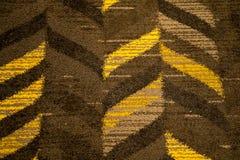 抽象织地不很细V形臂章样式在褐色和芥末黄色树荫下  库存照片