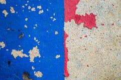 抽象绘画颜色纹理 蓝色和红色绘画剥落地板和裂缝 库存图片