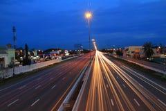 抽象美丽的红灯迷离高速公路街道和蓝天 库存图片