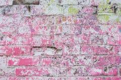 抽象肮脏的被绘的砖表面,桃红色油漆 墙壁五颜六色的难看的东西纹理  抽象现代背景,拷贝 免版税库存照片