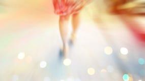 抽象背景、妇女街道步行、柔和的淡色彩和迷离概念 免版税库存照片