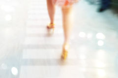 抽象背景、妇女高跟鞋街道步行的,柔和的淡色彩和迷离概念 图库摄影