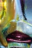抽象背景五颜六色的下落玻璃水 免版税库存图片