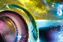 抽象背景五颜六色的下落玻璃水 免版税图库摄影