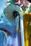 抽象背景五颜六色的下落玻璃水 免版税库存照片