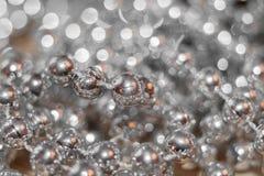 抽象背景圣诞节银 穿线与与金黄强光和美好的bokeh的小珠 免版税库存图片