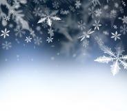 抽象背景圣诞节 在蓝色抽象天空的落的雪花 felic您的圣诞节和新年的愿望的自由空间- 免版税库存照片