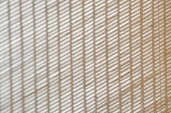 抽象背景在难看的东西白色混凝土墙上的模糊的垂直和倾斜条纹 免版税库存照片