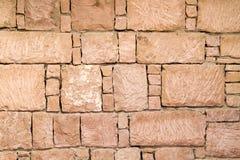 抽象背景小的石头向纹理墙壁扔石头 图库摄影