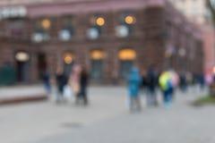 抽象背景弄脏了 走在城市街道上的人无法认出的剪影  免版税库存照片