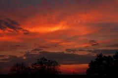 抽象背景本质 剧烈和喜怒无常的桃红色,紫色多云日落天空 免版税库存照片