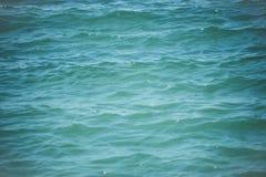 抽象背景的海 蓝色波纹水 海或海洋表面 纯净和生态 暑假和旅行癖 库存图片