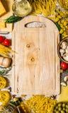 抽象背景食物意大利面食纹理 与菜、蘑菇、乳酪和草本的干面团与一块空的板材 库存照片