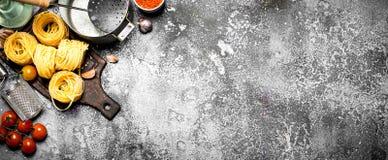 抽象背景食物意大利面食纹理 与菜和香料的各种各样的面团 免版税库存图片