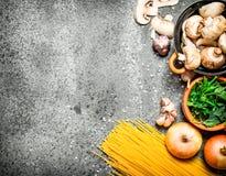 抽象背景食物意大利面食纹理 意粉用新鲜的蘑菇、葱和绿色荷兰芹 免版税库存照片